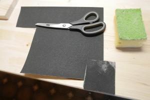 400er Schleifpapier und trockener Reinigungsschwamm